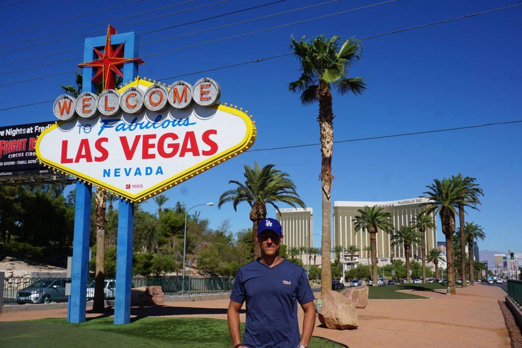 Søren foran Las Vegas skiltet på roadtrip