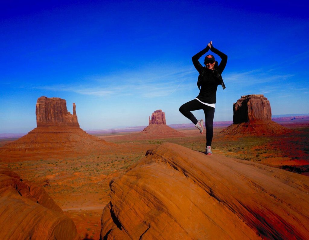 Lene på toppen af Monument Valley i Utah/Arizona